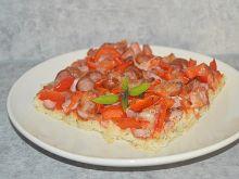 Pizza z kiełbaskami i papryką