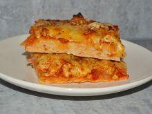 Pizza z kurczakiem, kiełbasą, papryką i cukinią