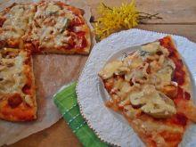 Pizza z kurczakiem, salami i ogórkiem