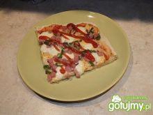 Pizza z mozarellą i zieloną papryką