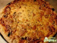 Pizza z mozarellą, oliwkami i pomidorami
