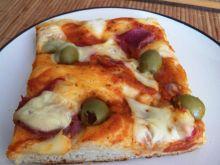 Pizza z oliwkami szynką i serem