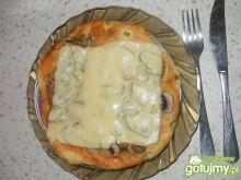 Pizza z papryką i pieczarkami smacznego