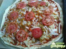 Pizza z papryką, szynką i pomidorem