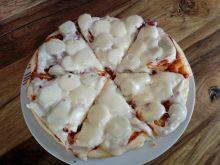 Pizza z patelni z białą kiełbasą i czerwoną cebulą