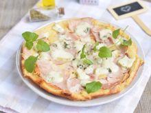 Pizza z patelni z szynką i serem pleśniowym