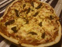 Pizza z patelni z szynką, kukurydzą i pomidorami