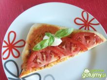 Pizza z pesto, mozzarellą i pomidorem