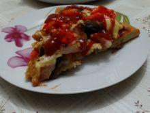Pizza z pieczarkami, boczkiem i papryką