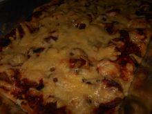 Pizza z pieczarkami i parówkami