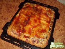 Pizza z pieczarkami i salami.