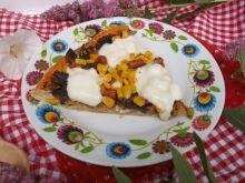Pizza z pieczarkami, kabanosem i mozzarellą