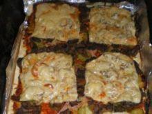 Pizza z pieczarkami, mięsem i warzywami