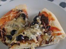 Pizza z pieczarkami, oliwkami i gorgonzolą