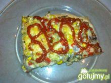 Pizza z pieczarkami, szynką i kukurydzą