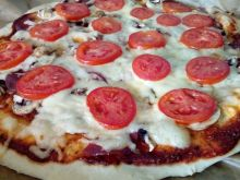 Pizza z pomidorami