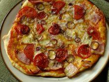 Pizza z pomidorami i i mozarellą