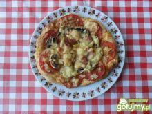 Pizza z pomidorami i kiełbasą