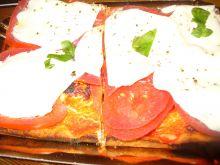 Pizza z pomidorami i plasterkami mozzarelli