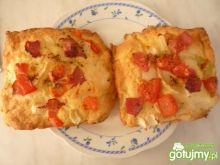 Pizza  z pomidorem, serem i szynką