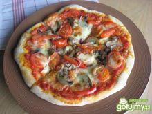 Pizza z pomidorkami i pieczarkami