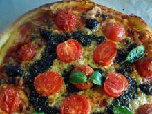 Pizza z pomidorkami, oliwkami i pesto