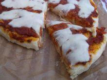 Pizza z pomidorowym sosem i mozzarellą
