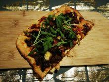 Pizza z rukolą i mięsem mielonym