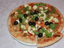 Pizza z rukolą i oliwkami