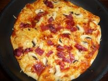 Pizza z salami i pieczarkami