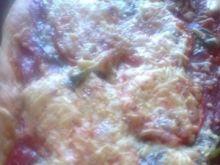 Pizza z salami i serem greckim