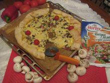 Pizza z salami i warzywami z ryżem