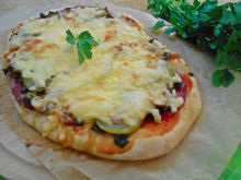 Pizza z salami, pieczarkami i ogórkiem