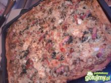 Pizza z sałatką grecką i szpinakiem