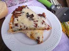Pizza z sosem pomidorowym i pieczarkami