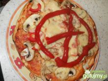Pizza z sosem Salsa z pieczarkami
