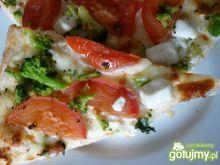 Pizza z sosem śmietankowym i brokułami