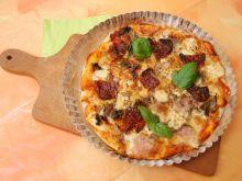 Pizza z suszonymi pomidorami, szynka, mozzarellą