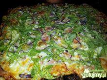 Pizza z szynką, mozarellą i rucolą