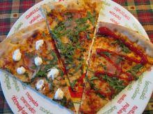 Pizza z szynką mozzarellą i rukolą