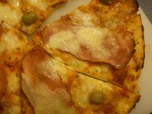 Pizza z szynką na cieście makaronowym