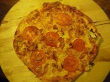 Pizza z szynką, pomidorami i cebulą