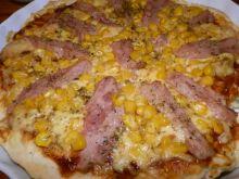 Pizza z szynką, serem i kukurydzą