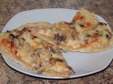 Pizza z tuńczykiem, szynką i pieczarkami