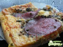 Pizza z zielonymi oliwkami i salami