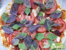 Pizza ze świeżym pomidorem i bazylią