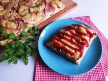 Pizza ziołowa z mielonką i ogórkami