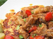 Placek ziemniaczany i paprykowy gulasz