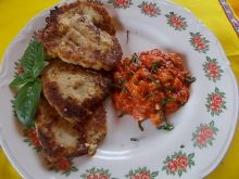 Placki kalafiorowe z sosem i kurczakiem.