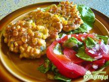 Placki kukurydziane z sałatą i papryką.
